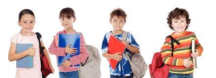 barn många gående tillbaka skoladeltagare till Arkivfoto