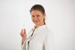 Barn manipulerar med injektionssprutan royaltyfria foton