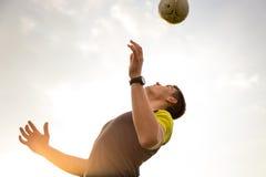 Barn manlig man som spelar fotboll Arkivfoto
