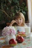 Barn med äpplen Royaltyfri Bild