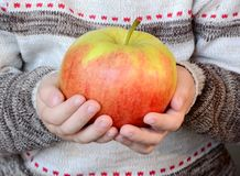 Barn med äpplet Arkivbilder
