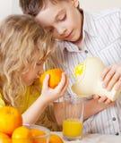 Barn med apelsiner Arkivbild