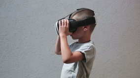 Barn med att hålla ögonen på för VR-hörlurar med mikrofon stock video