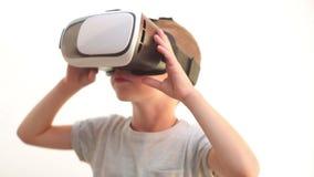 Barn med att hålla ögonen på för VR-hörlurar med mikrofon lager videofilmer