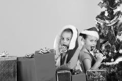 Barn med att le framsidor står uppemot ljusa - blå bakgrund arkivfoto