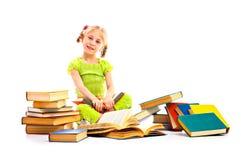 Barn med boken Royaltyfria Bilder