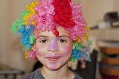 Barn med clownperuken Royaltyfri Fotografi
