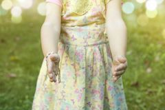Barn med den öppnade armar och handen i en position, som, om hon är hållen Fotografering för Bildbyråer