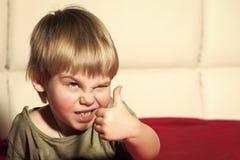 Barn med den ilskna framsidan arkivbild