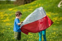 Barn med den polska flaggan Royaltyfri Bild