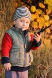 Barn med den smarta telefonen Royaltyfri Foto