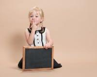 Barn med den tomma svart tavla Royaltyfri Foto