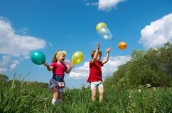 Barn med den utomhus- ballongen Fotografering för Bildbyråer