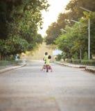 Barn med deras cyklar Arkivbilder