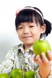 Barn med det gröna äpplet Arkivbilder