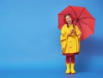 Barn med det röda paraplyet Arkivfoto