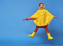 Barn med det röda paraplyet Royaltyfri Fotografi