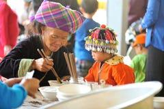 Barn med det traditionella locket Arkivfoto