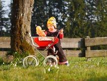 Barn med dockavagnen Royaltyfri Foto