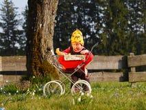 Barn med dockavagnen Royaltyfria Bilder