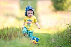 Barn med en bil fotografering för bildbyråer
