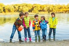 Barn med en boll Arkivfoto