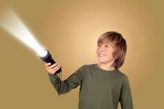 Barn med en ficklampa som söker efter något Royaltyfria Bilder