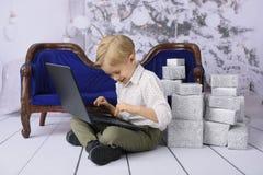 Barn med en gåva för jul royaltyfria bilder