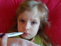Barn med en influensa eller en förkylning Arkivfoto