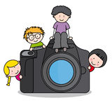 Barn med en kamera Arkivbild