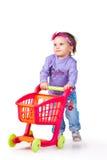Barn med en leksakshoppingspårvagn Arkivbild