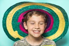 Barn med en mexicansk hatt royaltyfri bild