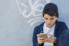 Barn med en mobiltelefon royaltyfri fotografi