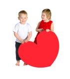 Barn med enorm hjärta som göras av rött papper arkivbilder