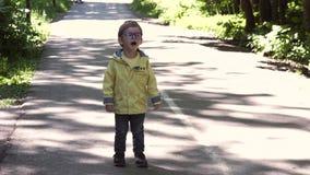 Barn med exponeringsglas stock video