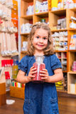 Barn med färg eller målarfärgpigment Arkivbild