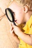 Barn med förstoringsglaset Fotografering för Bildbyråer