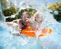 Barn med fadern i simbassäng Arkivbilder