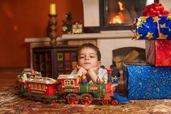 Barn med feriegåvor vid spisen Royaltyfria Foton