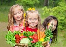 Barn med grönsaker fotografering för bildbyråer