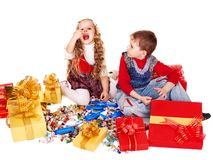 Barn med gåvaasken och sött. Arkivbilder