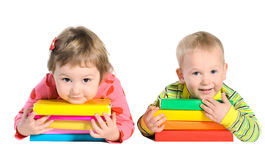 Barn med högar av böcker royaltyfri bild