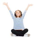 Barn med hörlurar Arkivbild