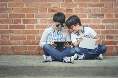 Barn med hörlurar förbindelse med den digitala minnestavlan royaltyfria foton
