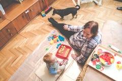 Barn med hans farmor som inomhus spelar royaltyfria bilder