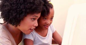 Barn med hennes moder i datoren
