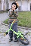 Barn med hjälmen och cykeln. Royaltyfri Bild