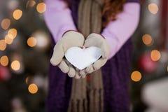 Barn med hjärta för vit jul Arkivbild