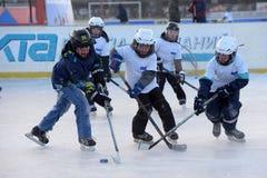Barn med hockeypinnar som spelar hockey på festivalen arkivbilder