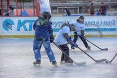 Barn med hockeypinnar som spelar hockey på festivalen royaltyfri foto